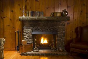 камины в деревянном доме