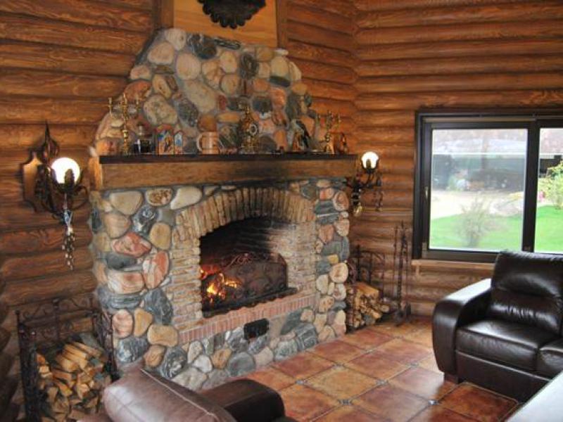 Печь-камин в интерьере загородного дома фото