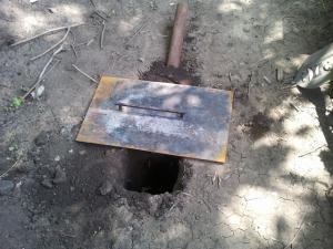В самой простой коптильне нужно сделать яму для костра.