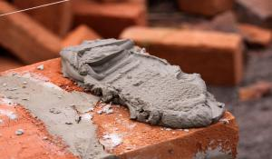 Раствор для кладки печей нужно замешивать из нескольких компонентов.