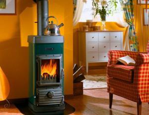 Перечень преимуществ отопления частных домов дровяными печами