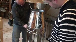 Описание нюансов монтажа сэндвич труб из стали для дымоходов